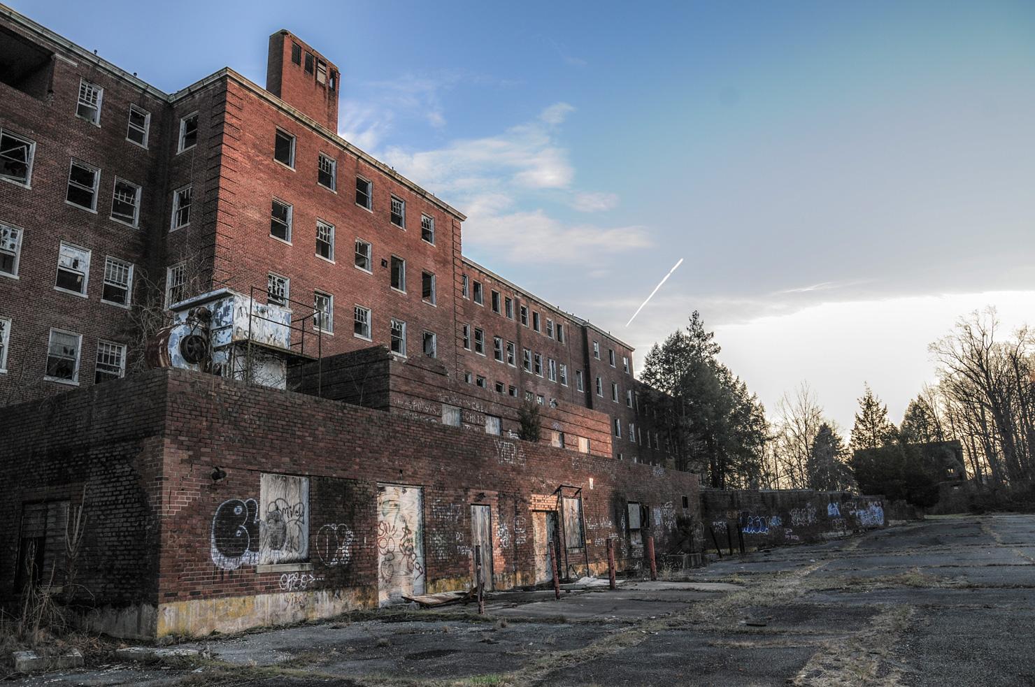 Glenn_Dale_Hospital_-_Adult_Hospital_Building_(side_view)