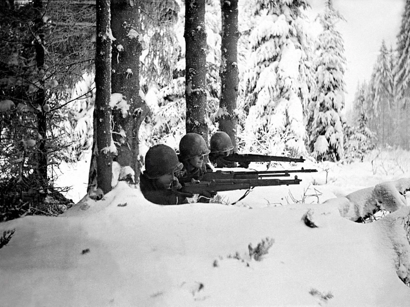 American soldiers defend their foxhole in the Ardennes,1944.